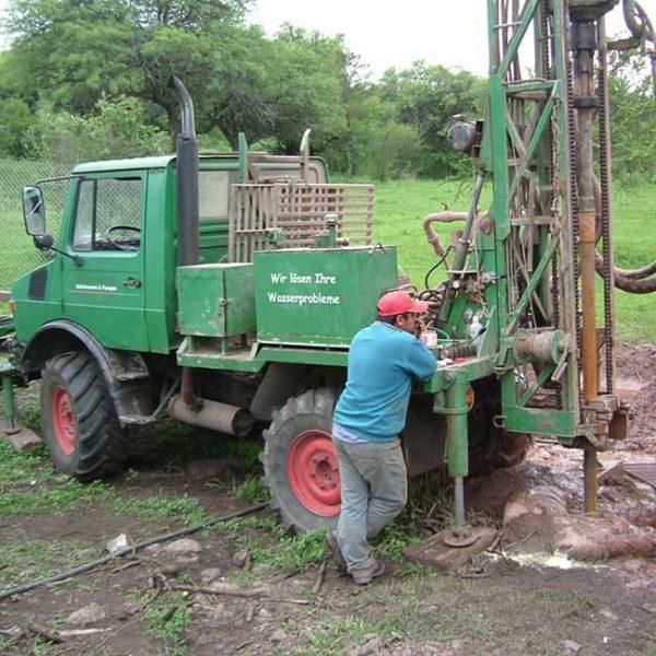 InPerforadora de pozos sobre camión Unimogyección de cemento